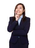 La femme d'affaires pensent à l'idée photos stock