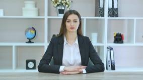 La femme d'affaires professionnelle mûre de sourire dans occasionnel, avec des bras a croisé la position dans le bureau Orientati banque de vidéos