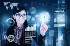 La femme d'affaires réussie touche l'écran virtuel Images stock