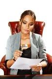 La femme d'affaires regarde sur le document Image libre de droits