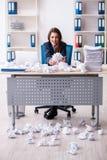 La femme d'affaires rejetant de nouvelles idées avec un bon nombre de papiers photos stock