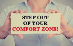 La femme d'affaires remet le signe avec l'étape hors de votre message de zone de confort Images stock