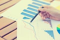 La femme d'affaires remet le stylo présentant le document de relevé de compte financier  image stock