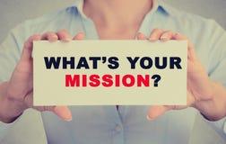 La femme d'affaires remet tenir le signe avec ce qui est votre question de mission Image libre de droits