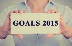 La femme d'affaires remet tenir le signe avec le message textuel des buts 2015 Image libre de droits
