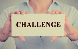 La femme d'affaires remet tenir le signe blanc de carte avec le message de défi images stock