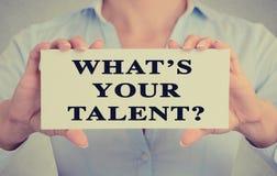 La femme d'affaires remet tenir le signe de carte avec ce qui est votre talent ? question Photographie stock libre de droits