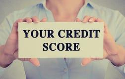 La femme d'affaires remet tenir le signe de carte avec le message textuel de score de crédit photographie stock libre de droits