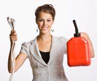 La femme d'affaires retenant les fiches et le gaz électriques peut image libre de droits