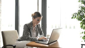 La femme d'affaires s'assied en café clips vidéos