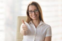 La femme d'affaires sûre montrant des pouces lèvent le geste photos libres de droits