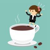 La femme d'affaires sautant sur la tasse de café Photo stock