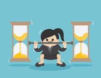 La femme d'affaires soulève la pièce de monnaie très lourde, combat contre le temps Image stock