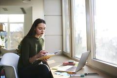 La femme d'affaires soulève ses qualifications dans une université privée à la mode Photo libre de droits