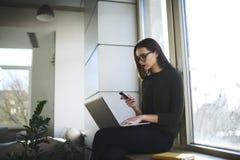 La femme d'affaires soulève ses qualifications dans une université privée à la mode Photographie stock libre de droits