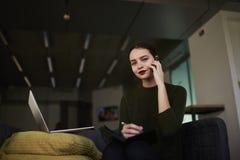 La femme d'affaires soulève ses qualifications dans une université privée à la mode avec l'espace coworking d'ordinateur portable Image libre de droits