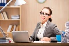 La femme d'affaires sous l'effort de trop de travail dans le bureau Images libres de droits