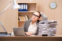 La femme d'affaires sous l'effort de trop de travail dans le bureau Photos libres de droits
