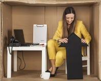La femme d'affaires tient la flèche vers le haut du signe de rebondir du b Image stock