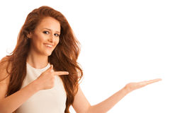 La femme d'affaires tient la main et les points sur le copyspace comme elle h Photographie stock