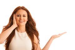 La femme d'affaires tient la main et les points sur le copyspace comme elle h Photo libre de droits