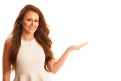 La femme d'affaires tient la main et les points sur le copyspace comme elle h Image stock
