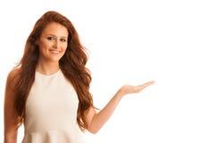 La femme d'affaires tient la main et les points sur le copyspace comme elle h Image libre de droits