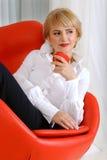 La femme d'affaires tient une pomme rouge Photographie stock