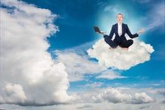La femme d'affaires travaillant dans le ciel et méditant Image libre de droits
