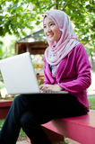 La femme d'affaires travaille avec l'ordinateur portable Photos libres de droits