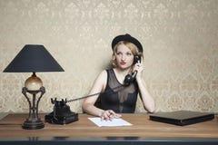 La femme d'affaires travaille dur dans le bureau image stock