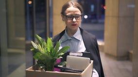 La femme d'affaires triste a juste mis le feu à la marche avec la boîte de ses affaires dans la rue de nuit clips vidéos