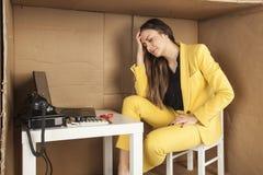 La femme d'affaires a un mal de tête du volume de travail dans  Photographie stock