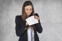 La femme d'affaires vérifie des paiements illicites Images stock