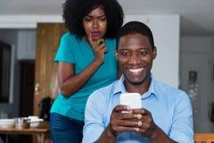 La femme d'afro-américain de jalousie méfient de son ami Photos stock