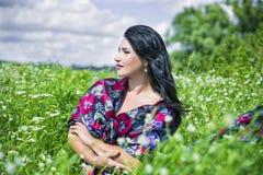 La femme d'amour de nature sur le gisement de fleur s'est habillée en tissu coloré Image libre de droits