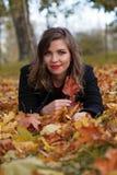 La femme d'automne la chute colorée laisse le fond image libre de droits