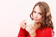 La femme d'automne tient la tasse avec la boisson chaude de café images stock