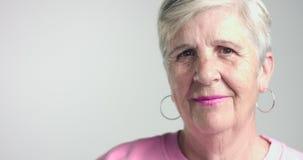 La femme d'Eldery déplace la tête comme convenez et soyez en désaccord banque de vidéos