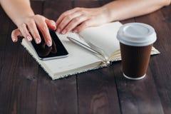La femme d'indépendant travaillent à la maison avec le téléphone portable Photos stock