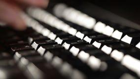 La femme dactylographie sur le clavier. clips vidéos