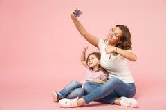 La femme dans des vêtements légers ont l'amusement avec le bébé mignon d'enfant Mère, fille de petit enfant d'isolement sur le mu photo stock