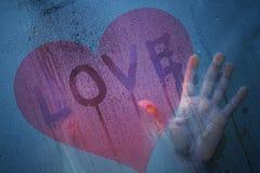 La femme dans l'amour se tient à la fenêtre Photos libres de droits