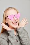 La femme dans l'amour voit les coeurs roses Images stock