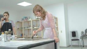La femme dans l'atelier travaille aux conseils en bois, créant un effet de l'antiquité banque de vidéos