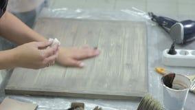 La femme dans l'atelier travaille aux conseils en bois, créant un effet de l'antiquité clips vidéos