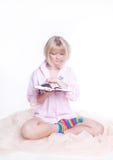 La femme dans la bande colorée mange afficher un livre Images libres de droits