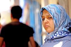 La femme dans la contemplation chez Essaouira Photos stock