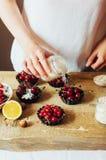La femme dans la cuisine prépare le pudding de lait caillé bourré de Photo libre de droits