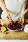La femme dans la cuisine prépare le pudding de lait caillé bourré de Image stock